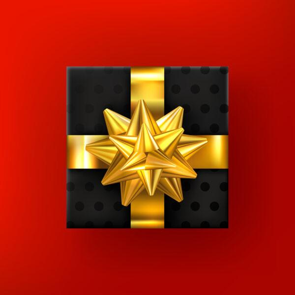 Geschenk mit goldenem Band auf rotem Hintergrund